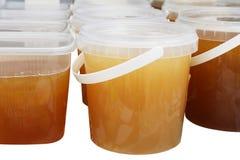 Tarros de la miel en la parada del mercado Fotografía de archivo