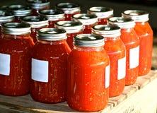 Tarros de tomates maduros rojos guisados Foto de archivo