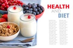 Tarros de yogur, de bayas y de cereales naturales frescos Foto de archivo libre de regalías