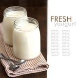 Tarros de yogur natural fresco fotos de archivo libres de regalías