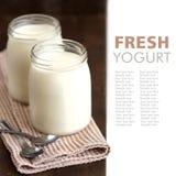Tarros de yogur natural fresco fotos de archivo