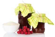 Tarros del atasco, del azúcar del cuenco y de la frambuesa madura del manojo aislados Fotografía de archivo libre de regalías