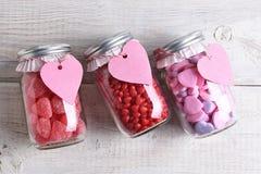 Tarros del caramelo del día de tarjetas del día de San Valentín Fotos de archivo libres de regalías