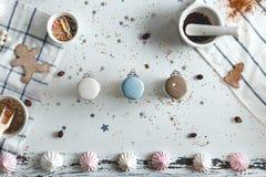 Tarros del caramelo en el centro la tabla con las galletas y los dulces Visión desde arriba Imágenes de archivo libres de regalías