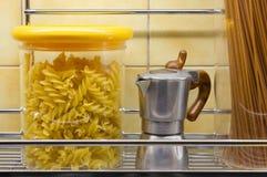 Tarros del fabricante de las pastas y del Mini-Café Imágenes de archivo libres de regalías
