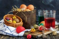 Tarros del huevo y de cristal con la pintura, preparación para Pascua Imagenes de archivo