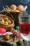 Tarros del huevo y de cristal de pintura Semana Santa Fotos de archivo libres de regalías