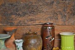 Tarros hermosos en viejo fondo de madera Fotos de archivo libres de regalías