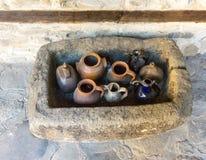 Tarros pintados de agua santa en el monasterio de Troyan en Bulgaria Fotos de archivo