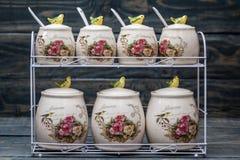 Tarros redondos de cerámica con los ornamentos y los pájaros de la flor Fotos de archivo