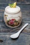 Tarros redondos de cerámica con los ornamentos y los pájaros de la flor Fotografía de archivo