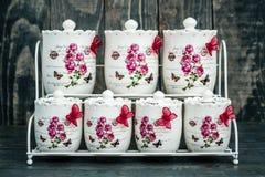 Tarros redondos de cerámica con los ornamentos y los pájaros de la flor Foto de archivo libre de regalías