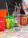 Tarros viejos cubiertos con la pintura