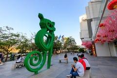 Tarsier rzeźba przy SM aurą Najważniejszą, zakupy centrum handlowe w Taguig, Filipiny obrazy royalty free