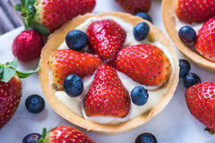 Tart with strawberry and blueberry fruits Royalty Free Stock Images