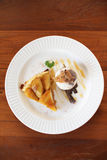 Tarta caliente de la manzana con helado Imagen de archivo