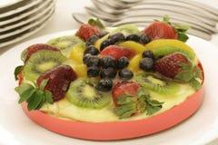 Tarta colorida de las natillas de fruta Fotografía de archivo