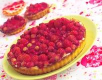 Tarta con las fresas salvajes imagen de archivo