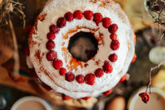 Tarta con las fresas y la crema azotada adornadas con el pasto de la menta Fotos de archivo