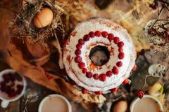 Tarta con las fresas y la crema azotada adornadas con el pasto de la menta Foto de archivo
