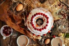 Tarta con las fresas y la crema azotada adornadas con el pasto de la menta Fotografía de archivo libre de regalías