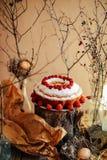 Tarta con las fresas y la crema azotada adornadas con el pasto de la menta Fotos de archivo libres de regalías