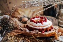 Tarta con las fresas y la crema azotada adornadas con el pasto de la menta Imagen de archivo libre de regalías