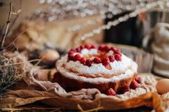 Tarta con las fresas y la crema azotada adornadas con el pasto de la menta Imagen de archivo