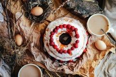 Tarta con las fresas y la crema azotada adornadas con el pasto de la menta Imágenes de archivo libres de regalías