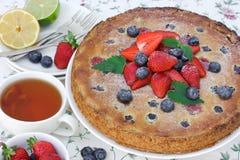 Tarta con las fresas y los arándanos Imagenes de archivo