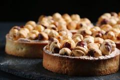 Tarta con las nueces y la miel en fondo oscuro foto de archivo libre de regalías