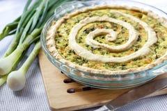 Tarta con queso de cabra y cebollas verdes Fotografía de archivo