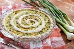 Tarta con queso de cabra y la cebolla verde Fotografía de archivo