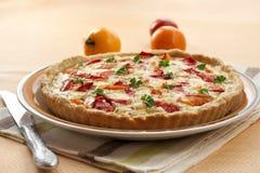 Tarta con queso y tomates de las ovejas Fotografía de archivo