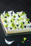 Tarta contemporánea del limón con el queso cremoso Foto de archivo