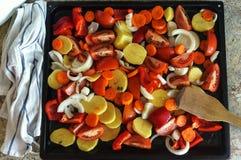 Tarta czerwona kapusta z cytryną w czarnym pucharze na popielatym tle karmowy zdrowy jarosz Odgórny widok Zdjęcie Stock