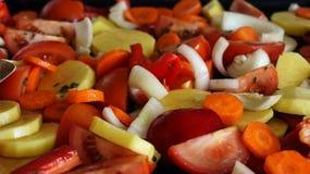 Tarta czerwona kapusta z cytryną w czarnym pucharze na popielatym tle karmowy zdrowy jarosz Odgórny widok Zdjęcie Royalty Free