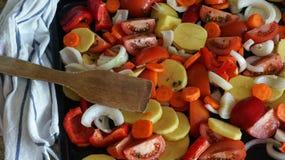 Tarta czerwona kapusta z cytryną w czarnym pucharze na popielatym tle karmowy zdrowy jarosz Odgórny widok Obraz Stock