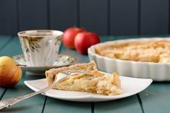 Tarta de Apple con la taza de té y de tres manzanas enteras Fotografía de archivo libre de regalías