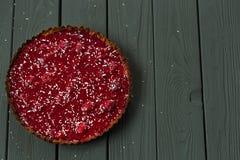 Tarta de frambuesa cruda sana deliciosa de la comida y de las frambuesas de la almendra en el fondo de madera oscuro, espacio lib Imágenes de archivo libres de regalías