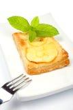 Tarta de la fork y de la manzana en un plato Imagen de archivo