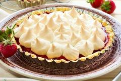 Tarta de la fresa con el merengue en la placa marrón foto de archivo