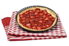 Tarta de la fresa en el mantel rojo y blanco a cuadros Imagen de archivo