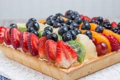 Tarta de la fruta con las bayas Fotografía de archivo libre de regalías