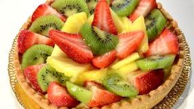 Tarta de la fruta en la placa roja que gira metrajes