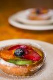 Tarta de la fruta en una placa Fotos de archivo