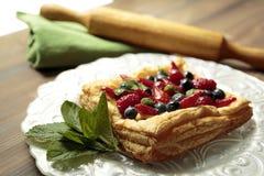 Tarta de la pasta de hojaldre con las frutas Imagenes de archivo