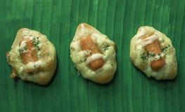 Tarta de la salchicha en la comida verde del desayuno de la hoja del plátano para el niño fotos de archivo libres de regalías