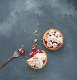 Tarta de la torta dulce con la cuajada y el merengue de la frambuesa Imágenes de archivo libres de regalías