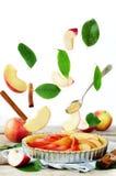Tarta de manzanas con los ingredientes del vuelo para cocerla Imagen de archivo